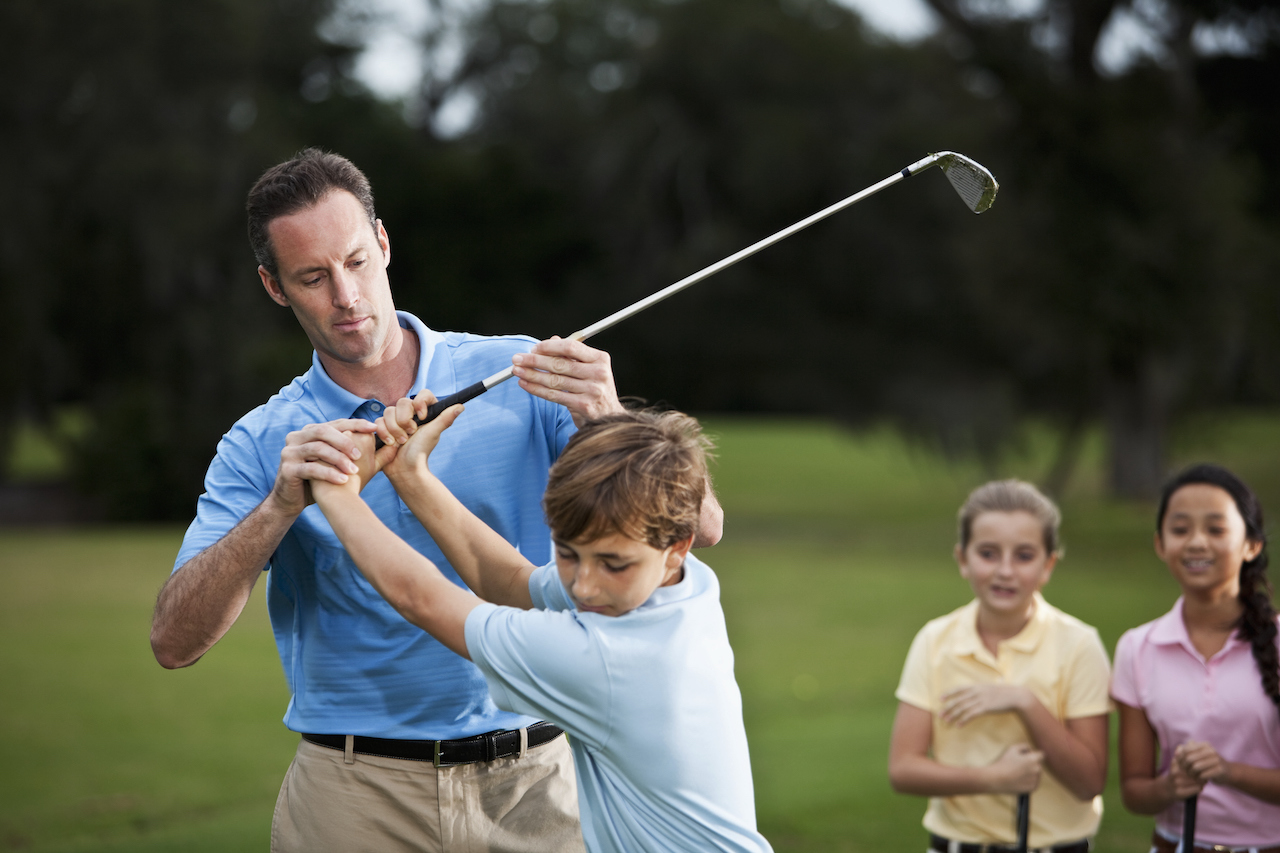 golf instructor teaching kids lessons