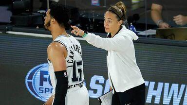 Becky Hammond coaching San Antonio Spurs