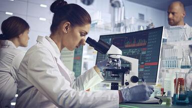 genetic engineering scientists lab